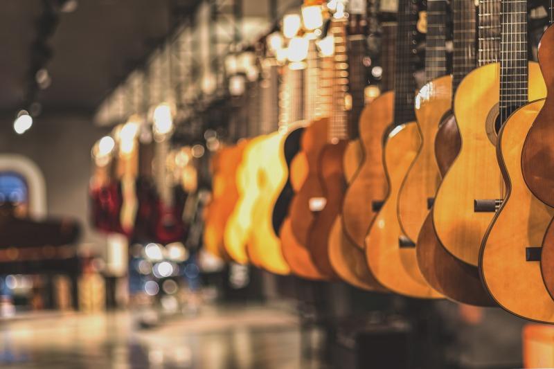 たくさんのギターの種類があるギターショップ