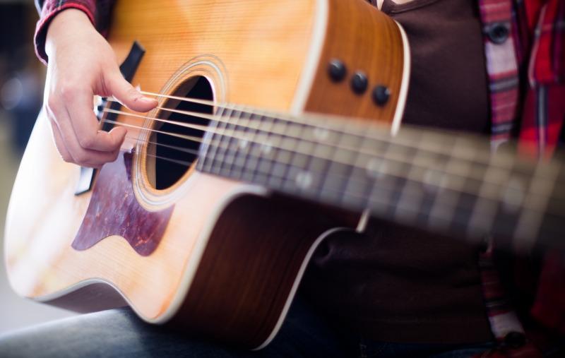 アコギギターを弾いている人
