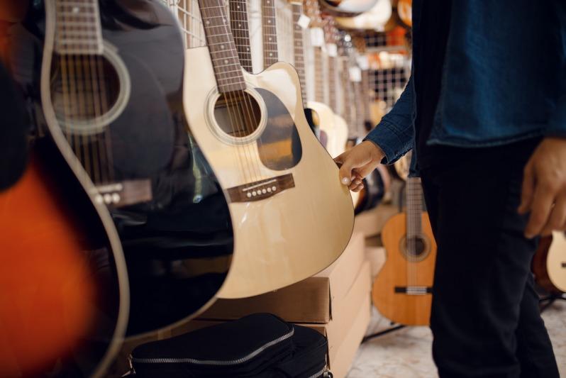 ギターのメーカーを選んでいる人