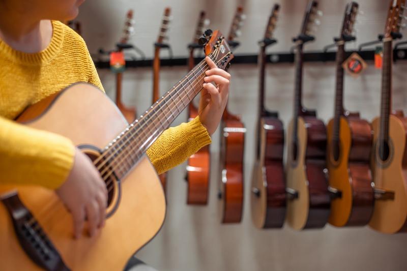 ギターの買取をする女性