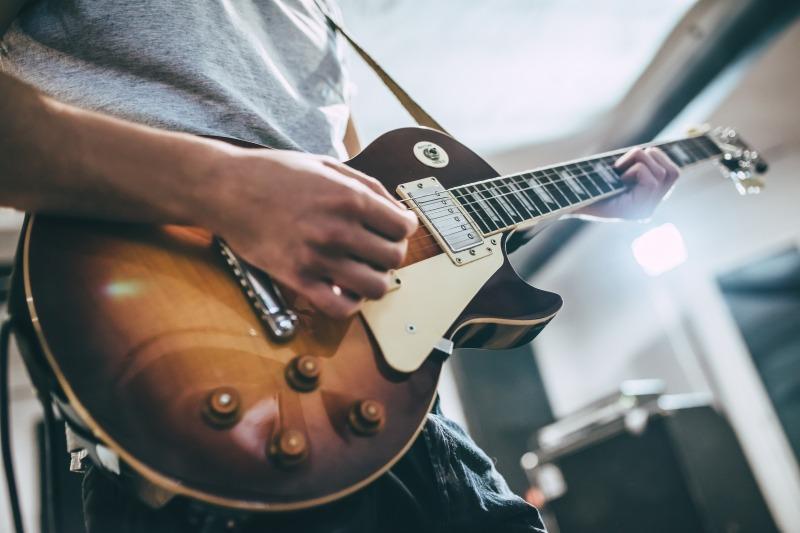 エレキギターを弾く男性